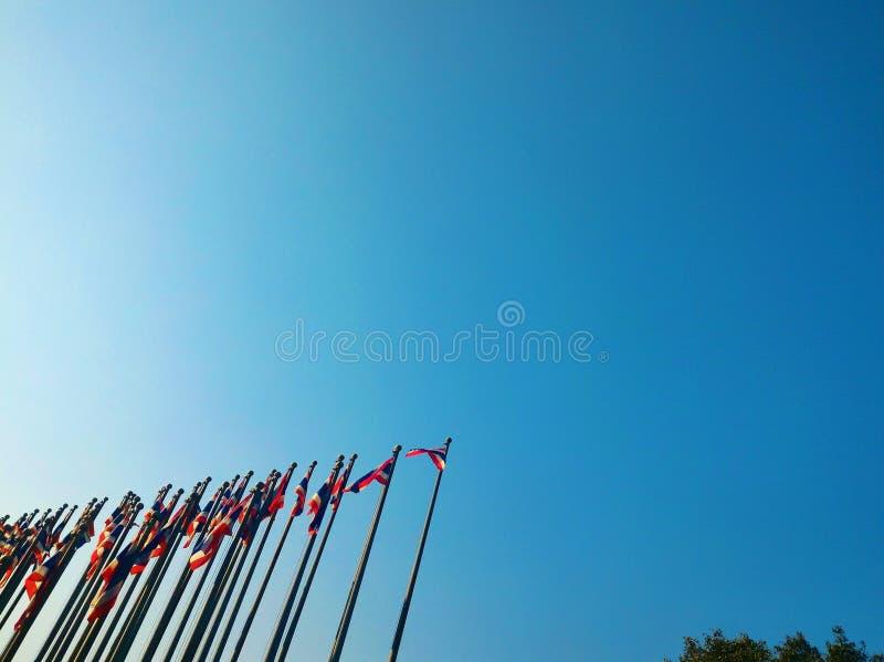 许多在蓝天的泰国旗杆 免版税库存照片