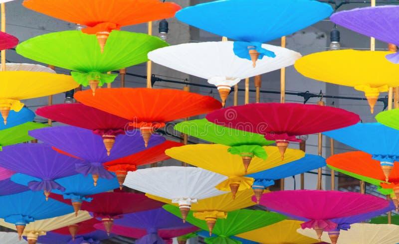 许多在餐馆装饰的五颜六色的桑树纸伞,这是北部的艺术;Khoa圣路,曼谷, 免版税库存照片