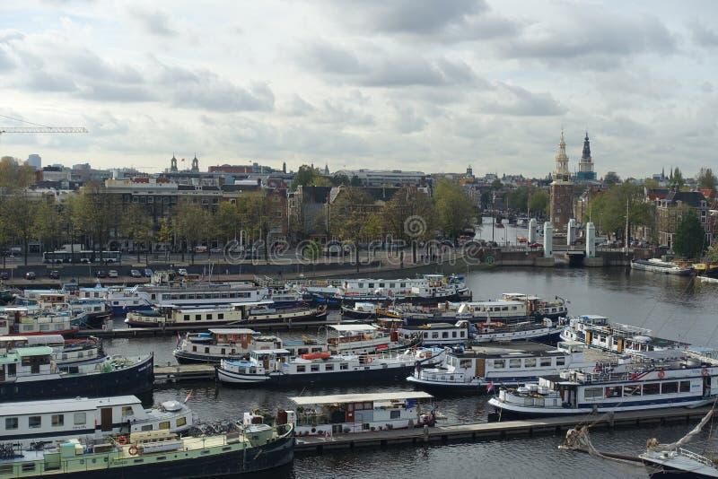 许多在Oosterdok的小船在阿姆斯特丹 图库摄影