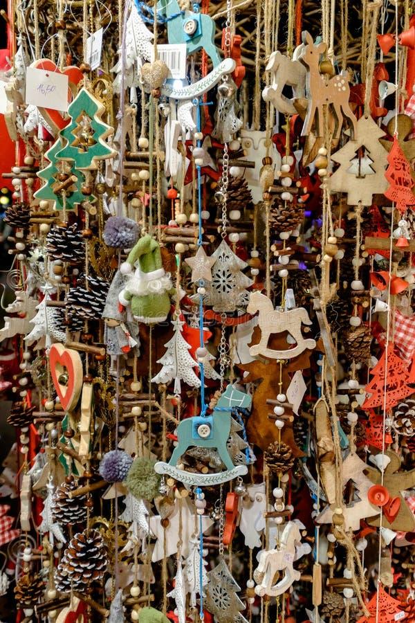 许多垂悬在市场上的圣诞节装饰在维也纳, A 免版税库存图片