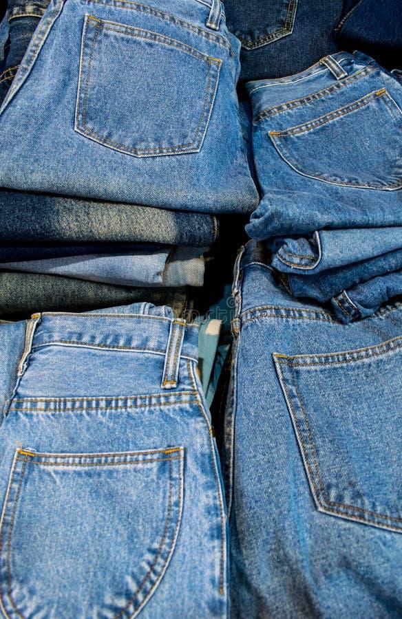 许多堆积了蓝色牛仔裤背景 库存图片