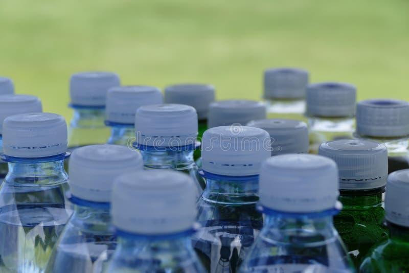 许多塑料瓶细节有白色上面的 库存图片