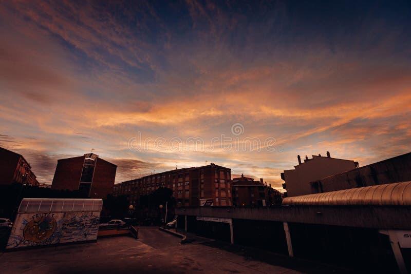 许多大厦和房子轻率冒险在日落期间的城市 库存照片
