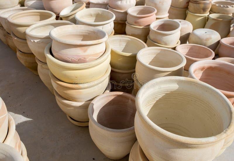 许多大陶瓷赤土陶器罐待售 库存图片