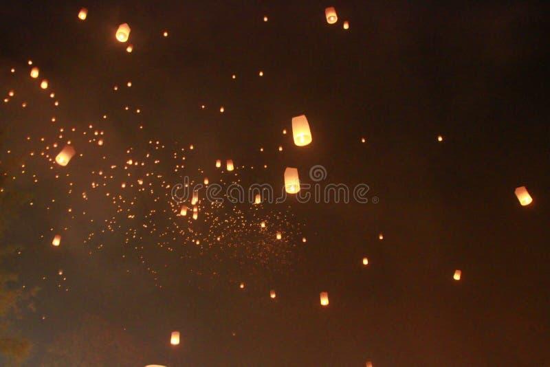 许多天空灯笼气球在Loy Krathong节日被发布了 为幸福祈祷 在相信佛教 免版税库存图片