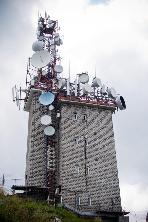 许多天线的通信抛物面塔 免版税图库摄影