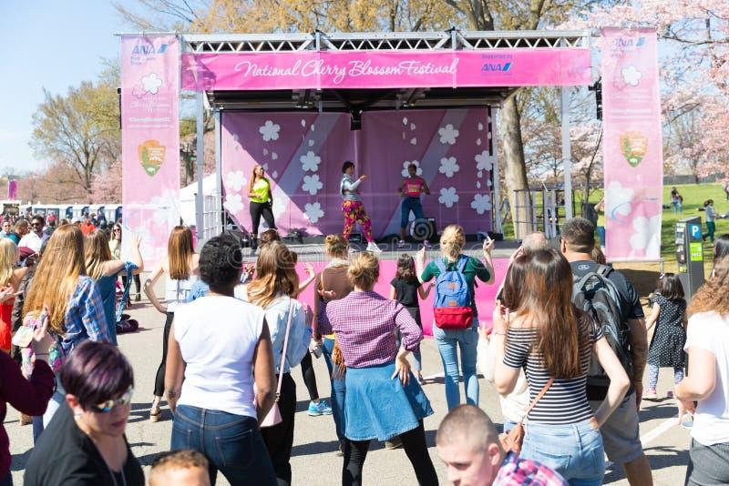 许多妇女在节日跳舞 免版税库存照片