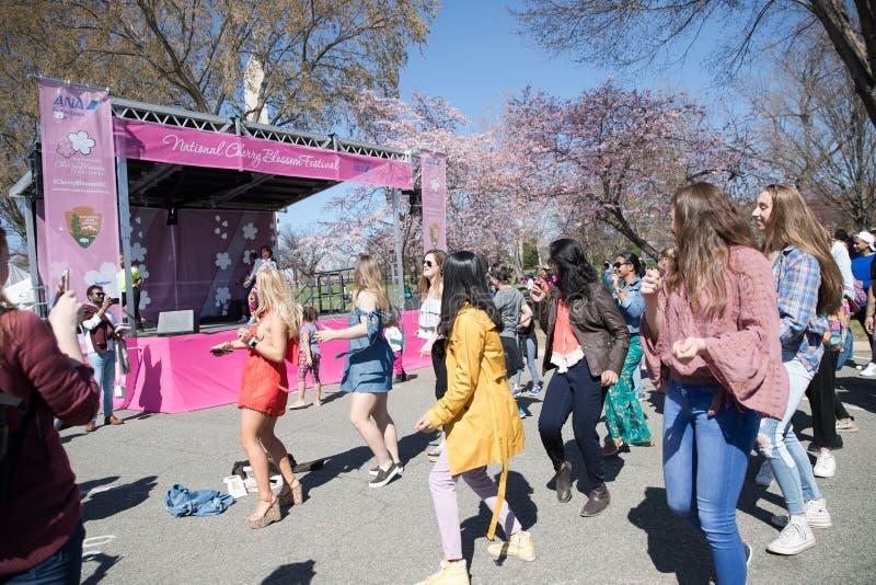 许多妇女在节日跳舞 免版税图库摄影