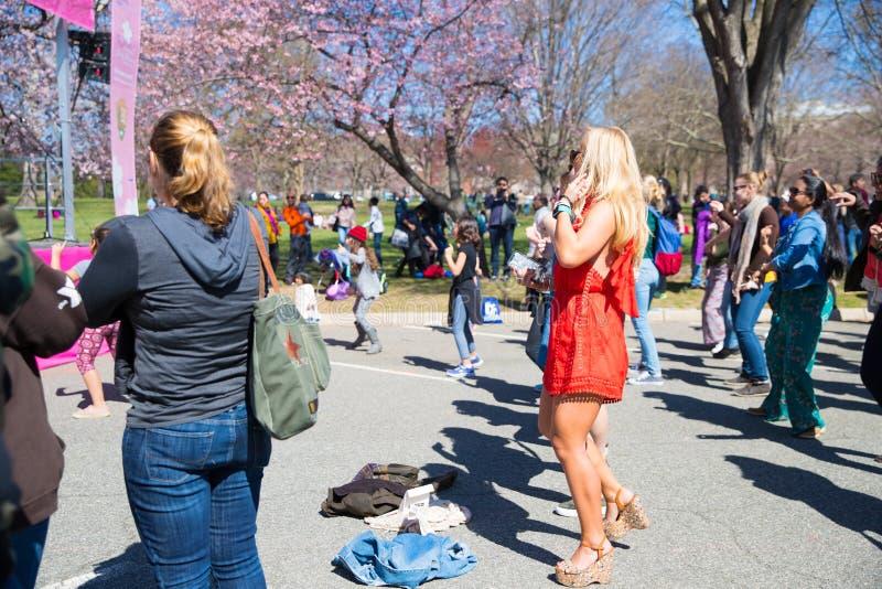 许多妇女在节日跳舞 库存图片