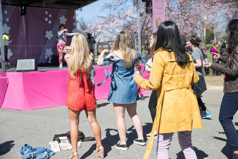 许多妇女在节日跳舞 库存照片