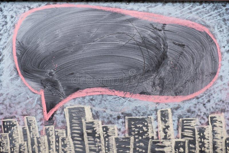 许多小想法合计一大一个,说明与在黑板的拉长的电灯泡 库存照片