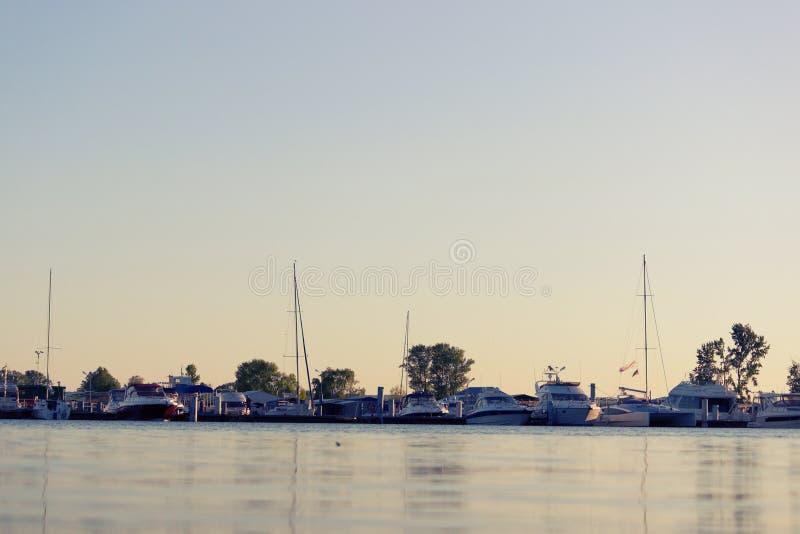 许多小船和游艇在小游艇船坞 图库摄影