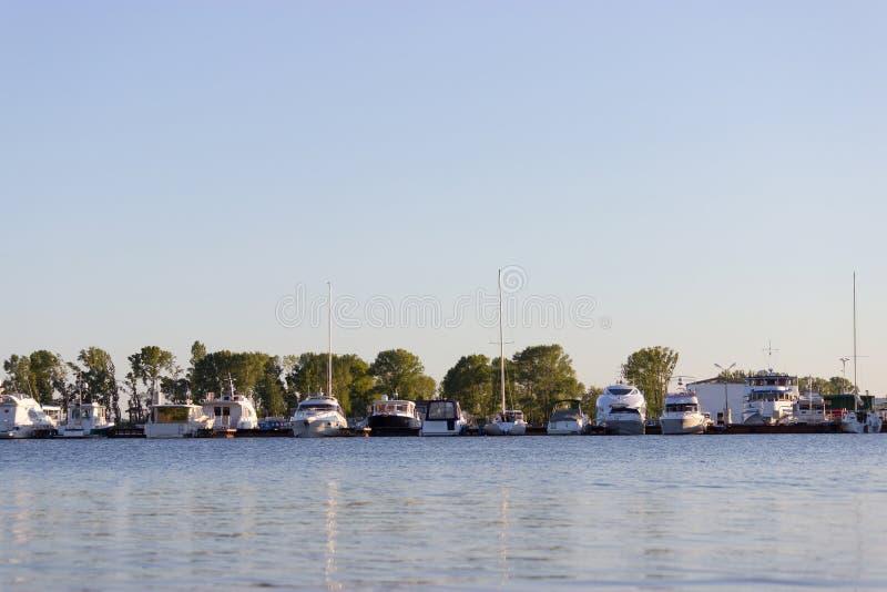 许多小船和游艇在小游艇船坞 库存图片