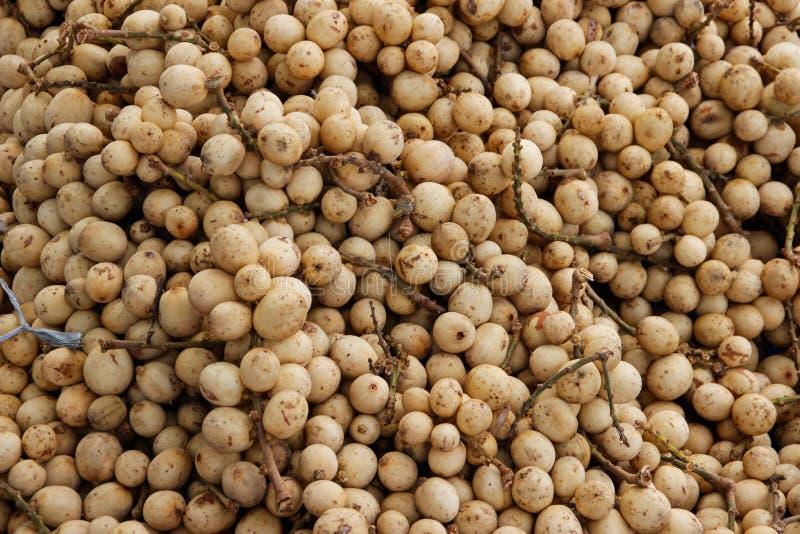 许多小龙眼果子在亚洲市场上 免版税库存图片