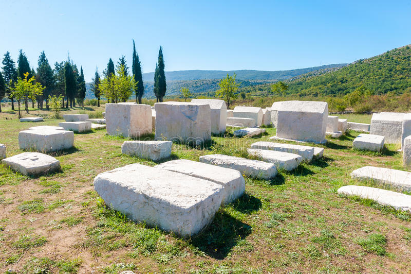 许多巨大的中世纪墓碑在黑塞哥维那说谎驱散 免版税图库摄影