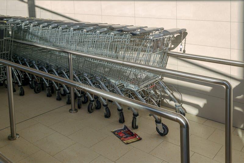 许多手推车在超级市场 很多购物的轮子推车连续 库存图片