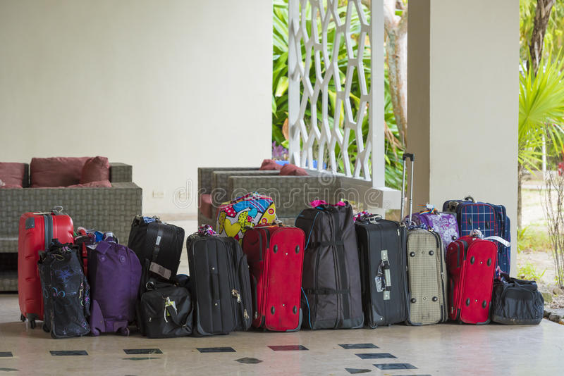 许多手提箱在缓慢地Cayo海岛的旅馆里,古巴 复制文本的空间 免版税库存照片