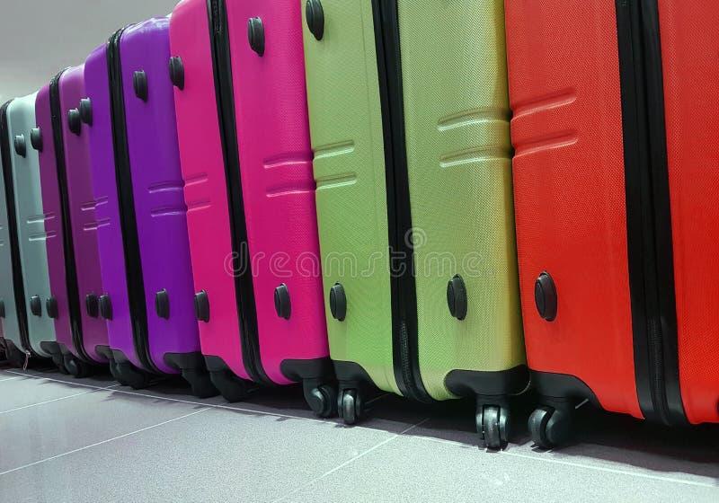 许多手提箱待售在旅行辅助部件商店 免版税图库摄影