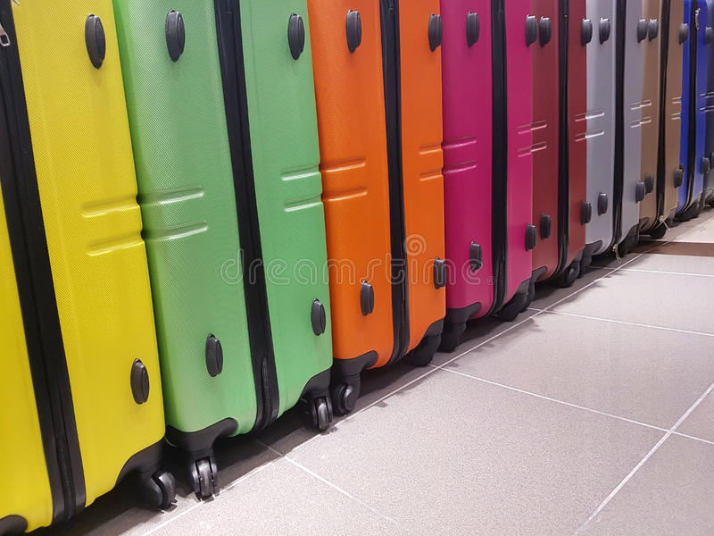 许多手提箱待售在旅行辅助部件商店 免版税库存图片