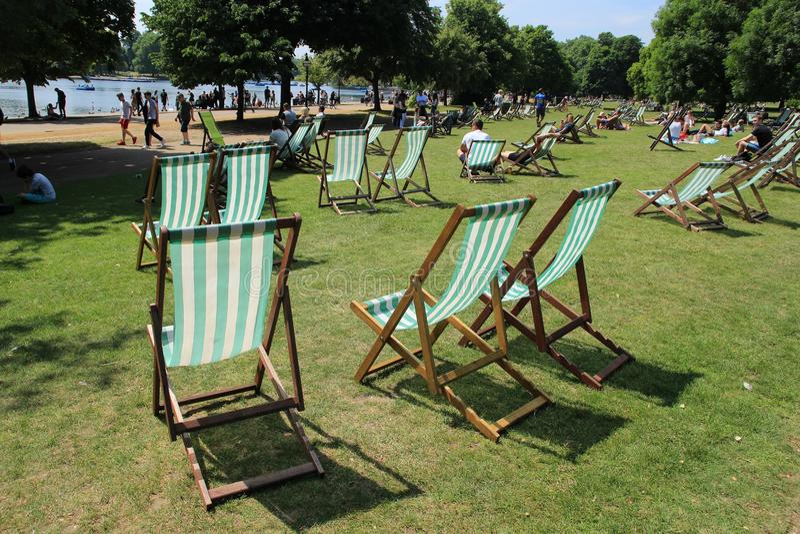 许多折叠椅在海德公园在城市伦敦 库存照片