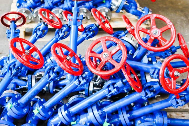 许多新的小铁金属停机阀,有耳轮缘的控制阀管道的,单位,船设施的 免版税库存图片