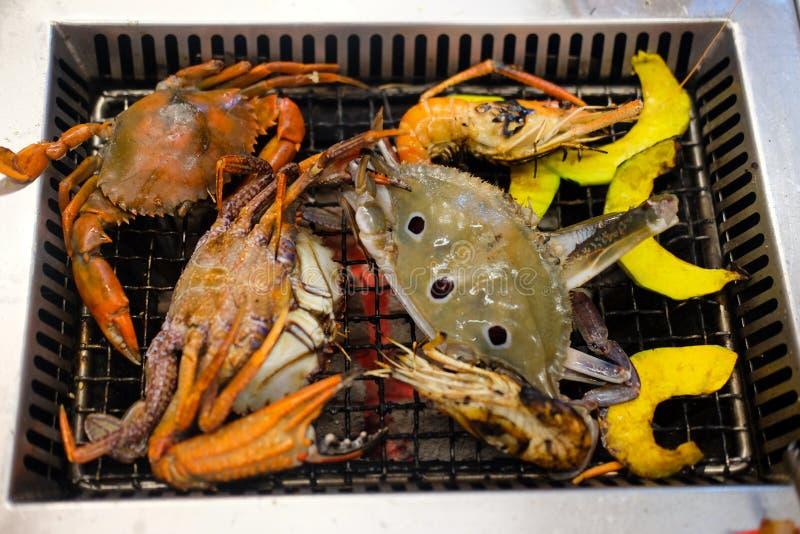 许多新鲜的烤的海鲜螃蟹和虾 库存图片