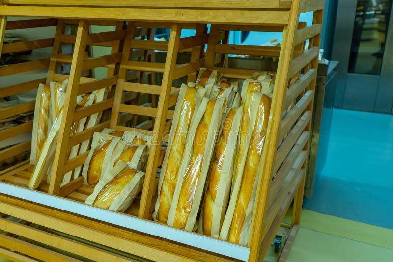 许多新鲜的酥脆面包在架子的在商店 免版税库存照片