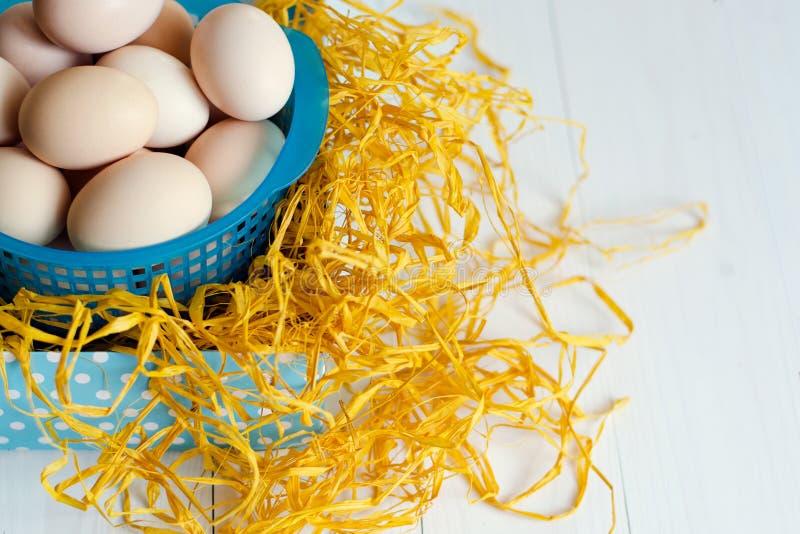 许多新鲜的鸡在轻的背景的篮子怂恿 库存照片