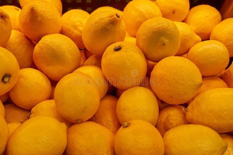 许多新鲜,成熟黄色柠檬 宏观照片 免版税库存照片
