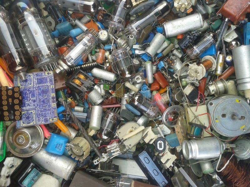 许多无线电组分电阻器,灯,卷,二极管,电容器,晶体管,卷,导线 库存图片