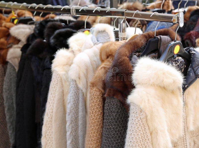 许多昂贵的毛皮待售在商店 库存图片