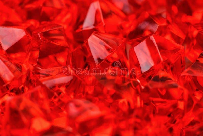 许多明亮的红色猩红色特写镜头水晶  大下落绿色叶子宏观摄影水 库存图片