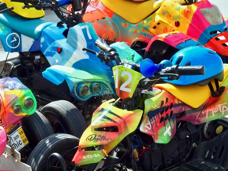许多有盔甲的五颜六色的马达儿童车 库存图片
