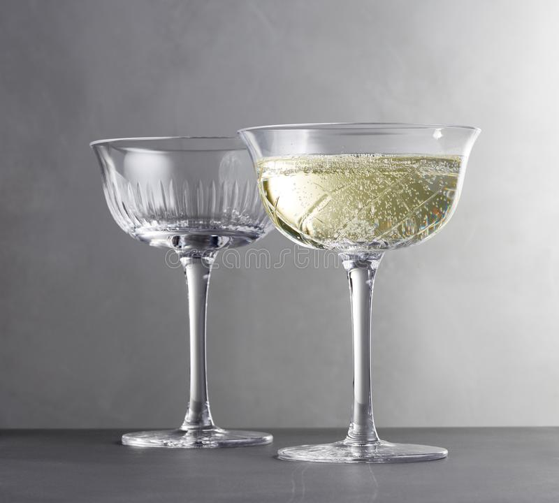 许多杯另外酒连续在酒吧反的图象 免版税库存照片