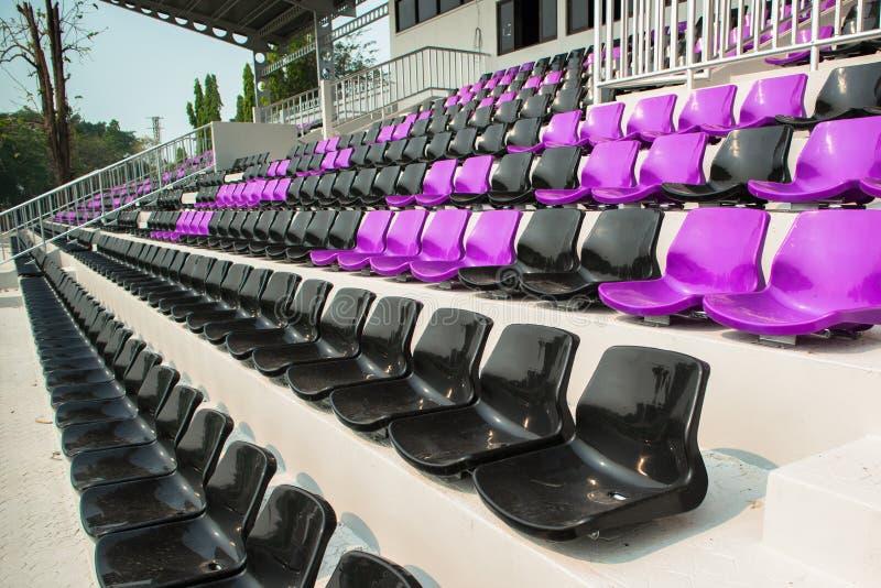 许多椅子在橄榄球场内 库存照片