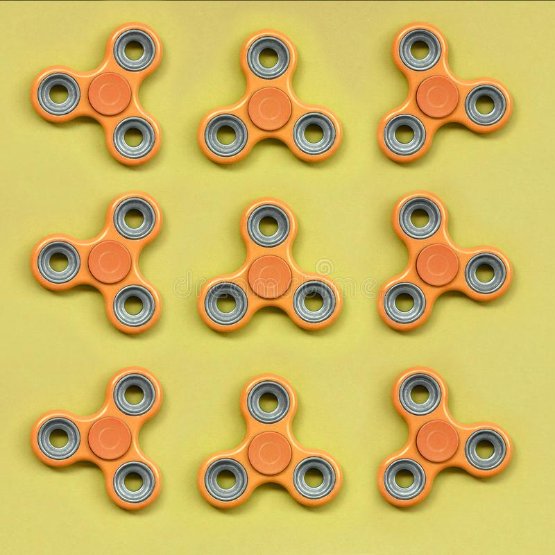 许多橙色坐立不安锭床工人在时尚淡色橘黄色纸纹理背景说谎  库存图片