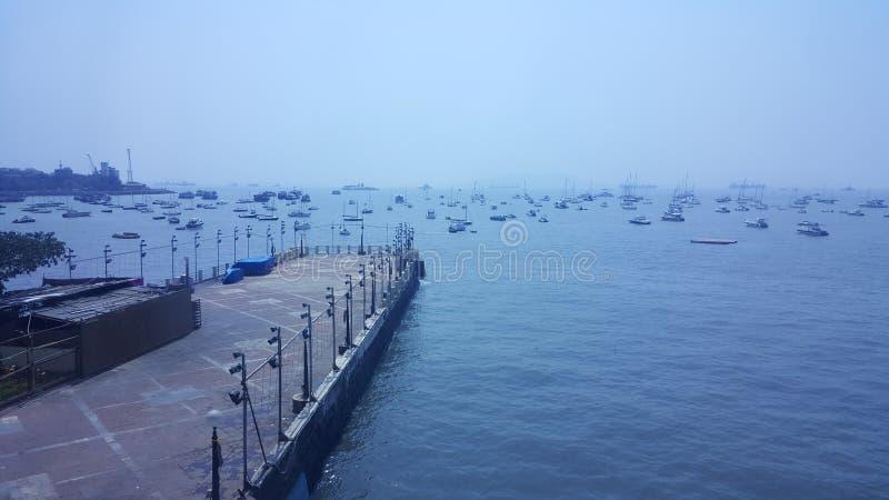 许多汽船在跳船附近的孟买海 免版税库存照片
