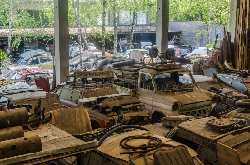 许多汽车在从废品旧货栈的一个大厅里 库存图片