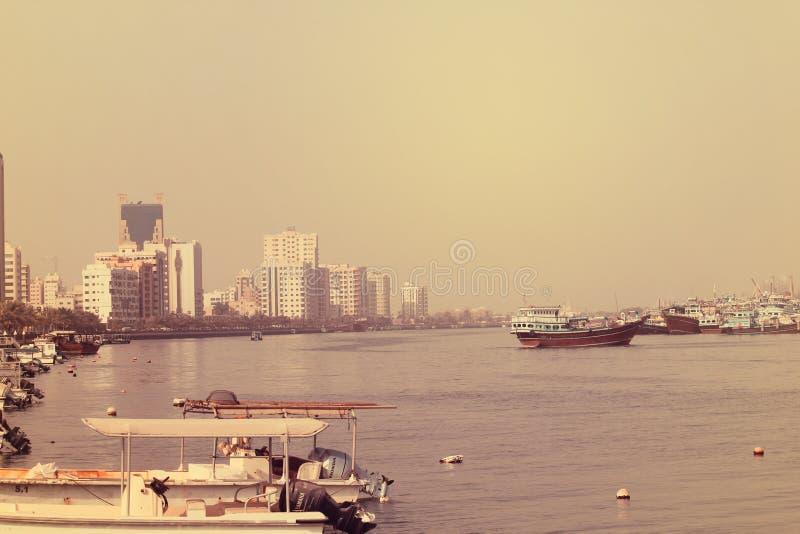 许多渔船全景视图在海漂浮有天空背景 迪拜2017年7月28日 库存照片