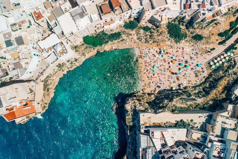 许多游人在海滩放松在Poliano母马夏日,被射击的寄生虫 库存图片