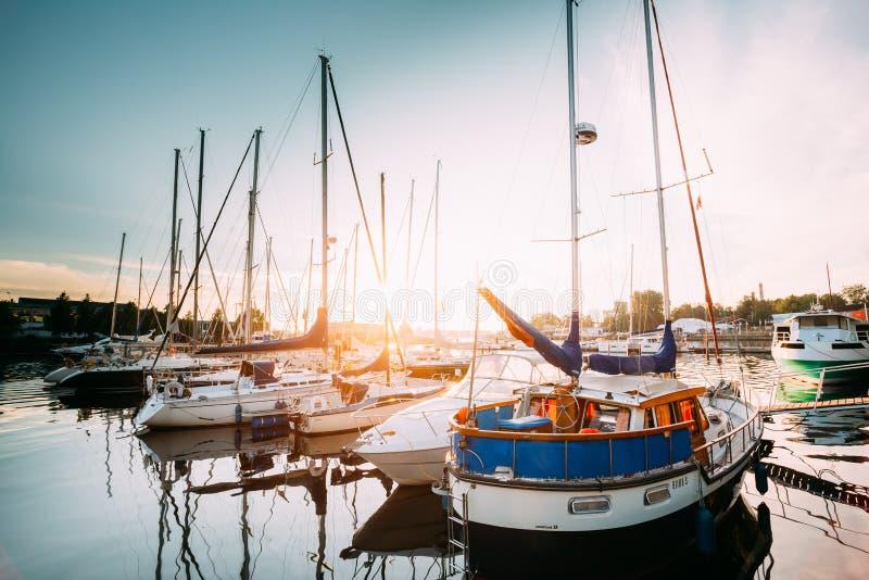 许多游艇被停泊在城市码头港口和奎伊在夏天 免版税库存图片