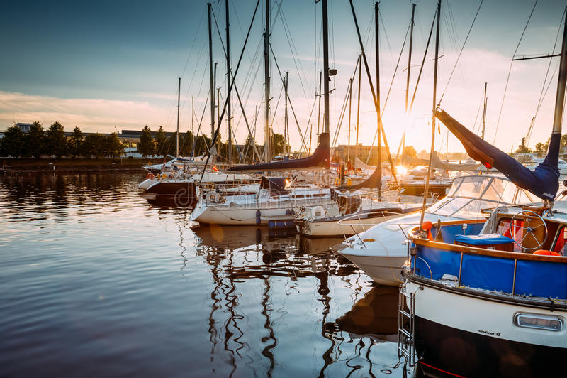 许多游艇被停泊在城市码头港口和奎伊在晴朗的夏天 免版税库存照片