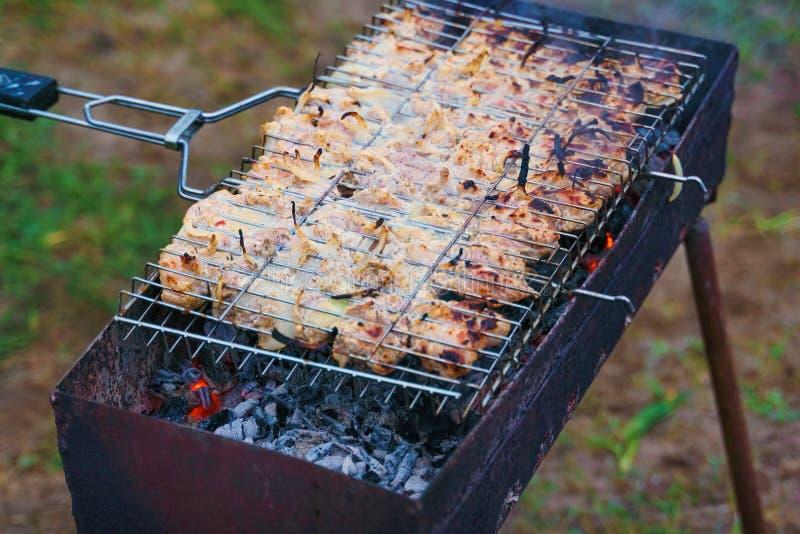 许多火鸡烘烤肉片用在格栅的葱 图库摄影