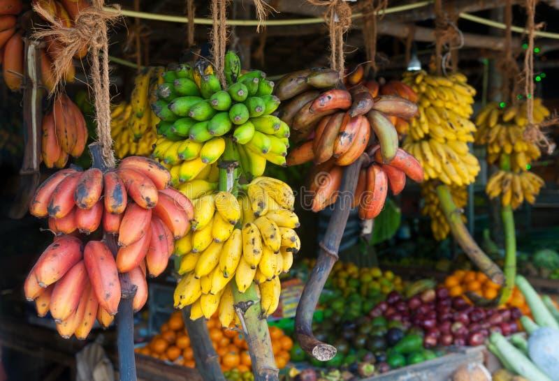 许多热带水果在室外市场上 库存照片