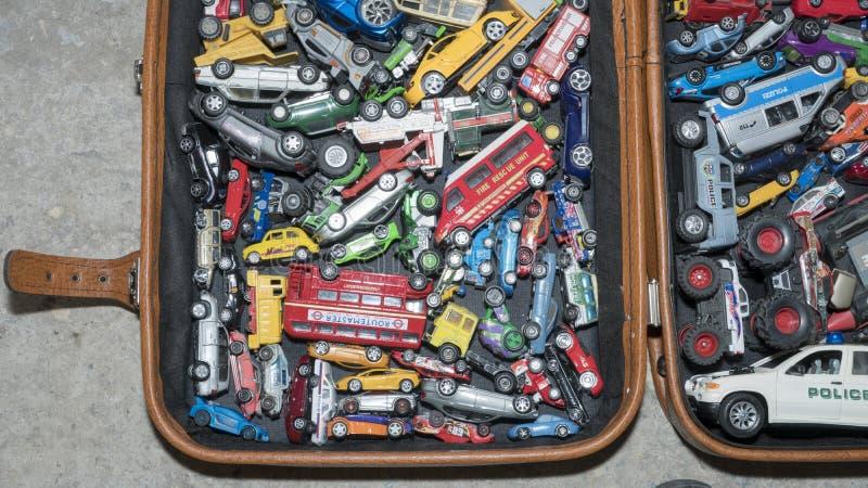 许多玩具汽车 玩具汽车照片在手提箱的 库存图片