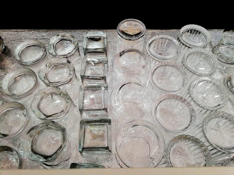 许多玻璃排队在酒吧 库存照片