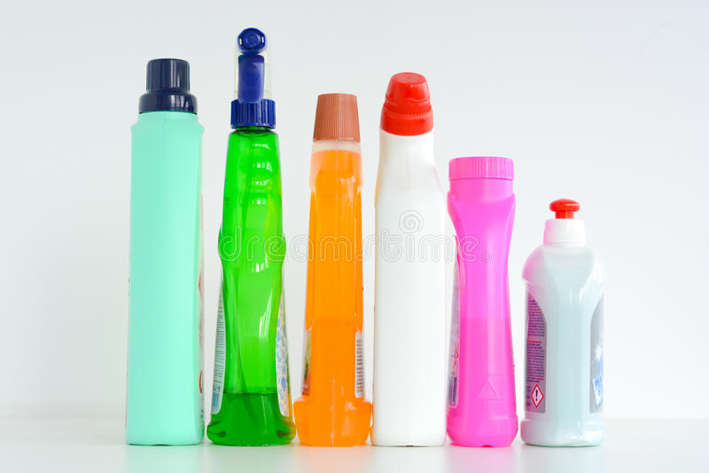 许多瓶在白色背景隔绝的清洁解答 库存照片