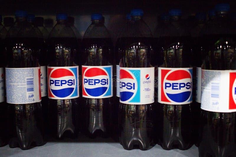 许多相同瓶百事可乐 库存图片