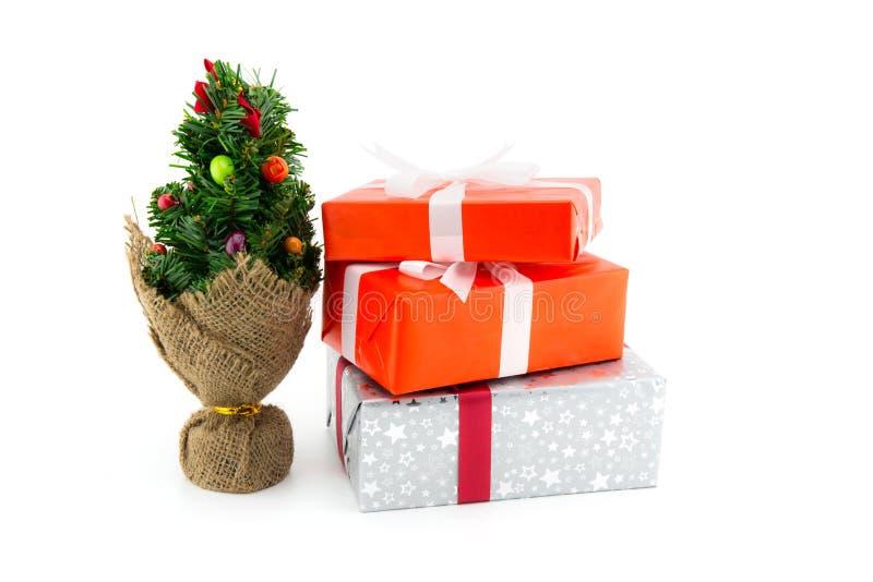 许多礼物盒白色丝带和树在白色,使用圣诞节的和新年或者假日其他 库存图片