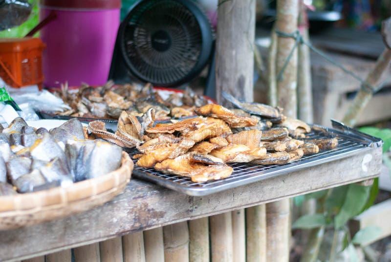 许多种类在桌上的干鱼在新鲜市场上 库存图片